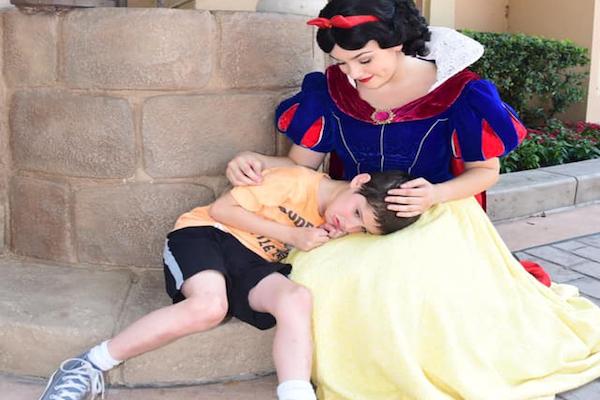 まるで魔法のよう!パニック発作の自閉症児を落ち着かせた、白雪姫の行動に称賛の声
