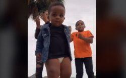 姉と兄のダンスに弟が参戦、おむつ姿で踊る動画がカワイイ!