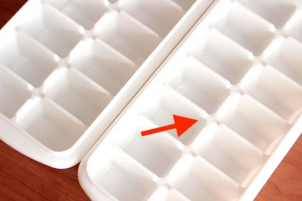 知らなかった、製氷皿にある平らな点は水を注ぐところ