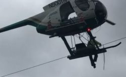 ヘリコプターに乗って作業員が電線を修理、撮影していた人もびっくり