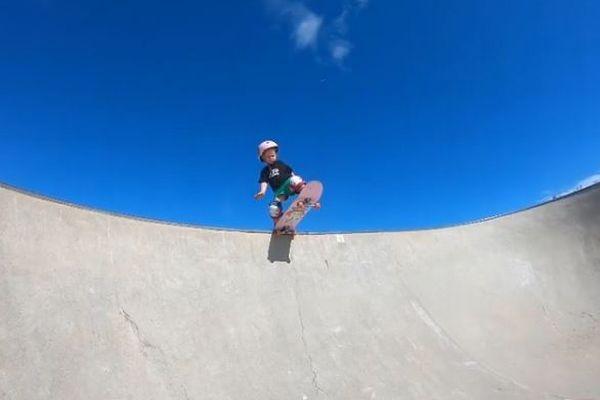 わずか3歳のスケートボーダー、見事に乗りこなす女の子が話題に
