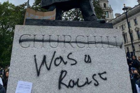 「チャーチルは人種差別主義者だ!」英でデモ参加者が元首相の像に落書き
