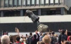 英でも黒人差別の抗議デモが激化、奴隷商人の銅像が海へ投げ入れられる