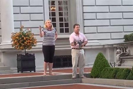 ミズーリ州で白人夫婦がデモ隊に銃口を向ける、大統領が動画をシェア