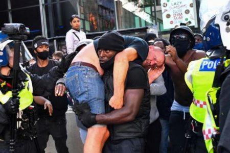 英で極右勢力と黒人差別に抗議する人々が衝突、ケガを負った白人を黒人が助ける
