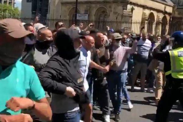 ロンドンに極右勢力が集結、カウンター・デモを行い警官と激しく衝突、100人以上を逮捕
