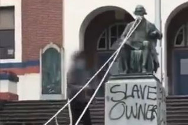 オレゴン州でトーマス・ジェファーソン元大統領の像が引き倒される【動画】