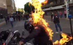 メキシコで警察の暴力を非難するデモ、1人の警察官に火がつけられる