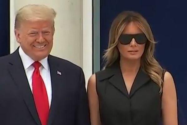 トランプ大統領が促すも、メラニア夫人は報道陣の前で笑顔を浮かべず