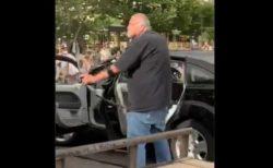 【黒人殺害事件への抗議デモ】白人の男が弓を構え、デモ隊に狙いを定める