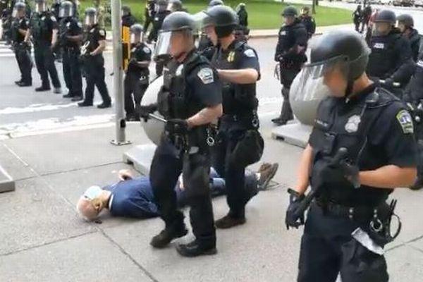 【抗議デモ】高齢者が警官に突き飛ばされ転倒、頭から血を流す動画に非難が殺到