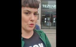 表現の自由の侵害?英首相を罵るTシャツを着た女性が警官に呼び止められ物議に