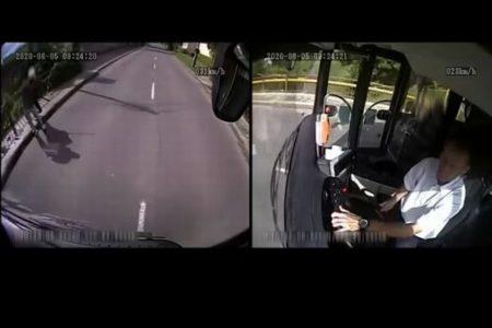 バスの運転手がおばあちゃんを救出、車を降りて強盗を撃退【ハンガリー】