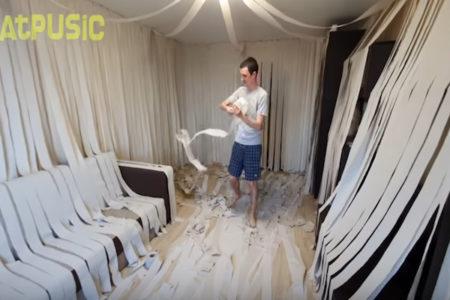 トイレットペーパ100個で部屋を飾り、猫を放してみたら・・・