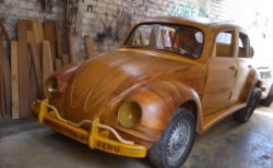 【ペルー】大工さんが作った木製ボディの「ビートル」が美しい