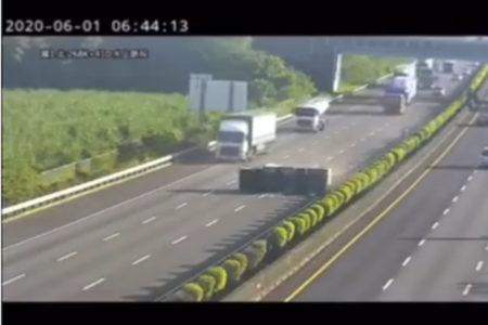 【動画】オートパイロット中のテスラ車が、減速せずトラックに突っ込む