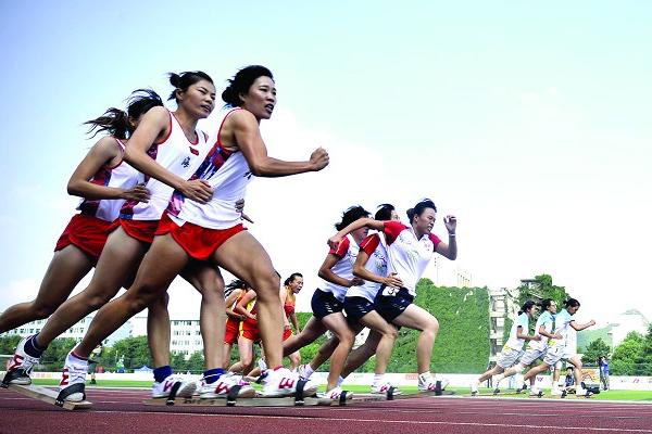 中国では競技会の公式種目 伝統スポーツ「板鞋竞速」とは
