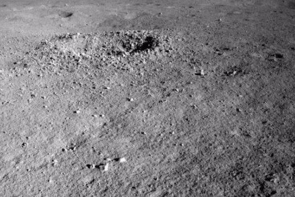 月の裏側で中国の探査ローバーが見つけたゲル状の物質、その正体とは?