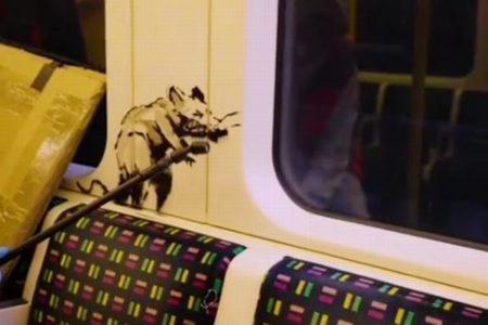 バンクシーが地下鉄の車内に新作を描く、作業風景の動画を公開