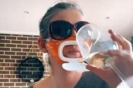 口の部分が開くマスク、冗談で思いついた女性のアイディアが話題に