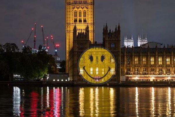 こんな時だからこそ「笑顔」を!英の国会議事堂に「スマイリー」が投影される