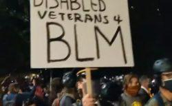 オレゴン州で武装警察への抗議活動に退役軍人も参加、デモ隊を守り「壁」を作る
