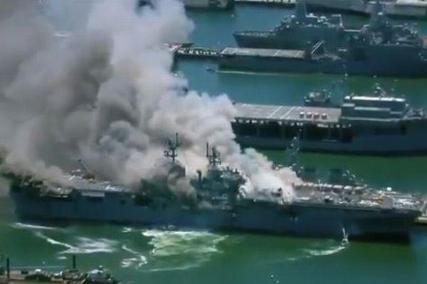 米海軍の強襲揚陸艦の艦内で火災、乗組員17名と民間人4名が病院へ