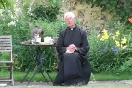 朝のお祈りの最中にニャンコが登場、司祭のミルクを飲んでしまう