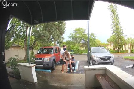 立ったまま出産する女性の様子を、玄関のカメラが捉えていた!【動画】