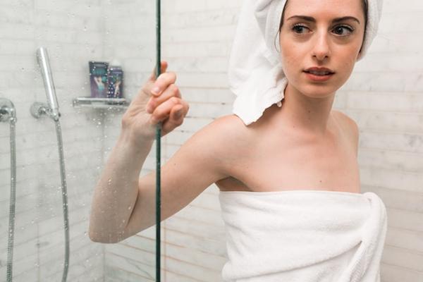人の家でシャワーを浴びている最中、オシッコするのはマナー違反?