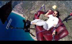 テレビ付きソファでカウチポテトしながらパラグライダーで飛んだ男
