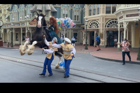 ディズニーパレードの馬、風船で暴れ出しそうになりヒヤリ【動画】