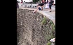 写真のため子供の手を持って断崖にぶら下げた父親に批判殺到