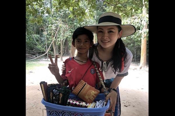 12ヵ国語で話すアンコールワットの物売り少年、ネット拡散で奨学金を得る