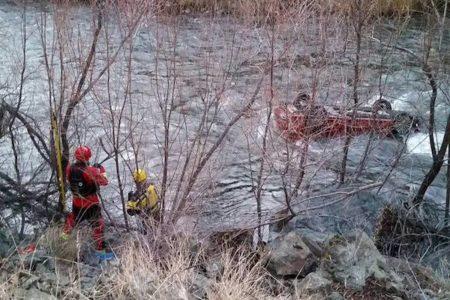 川に裏返しで転落した車、運転手は車内に溜まった空気だけで生き延びた
