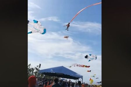 台湾の凧揚げ大会で事故、3歳の少女が凧に絡まり地上10m以上も宙に舞う【動画】