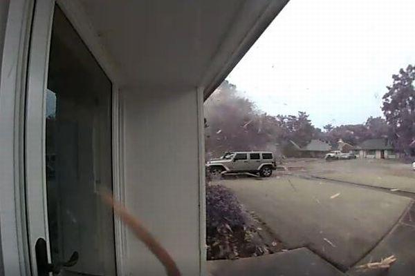 女性が家から出た瞬間、雷が木を直撃、無数の破片が飛んでくる動画が恐ろしい