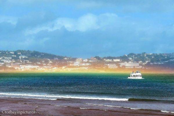 水平に広がる「虹」がイギリスの海に出現、その原因とは?