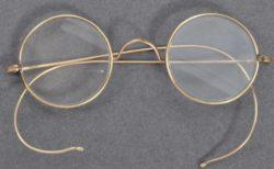 オークションハウスの郵便受けに入っていたのは、マハトマ・ガンジーの丸眼鏡だった