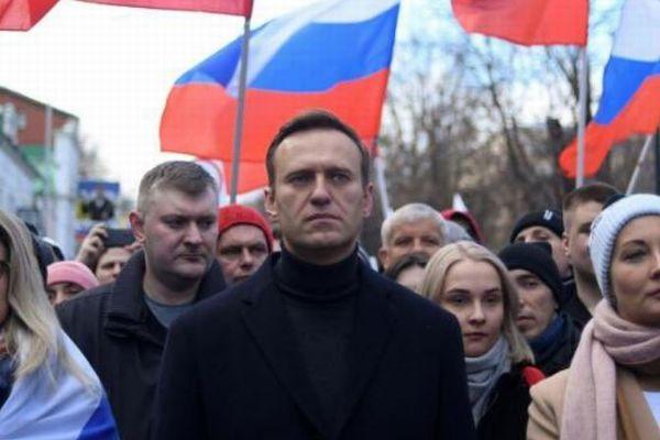 ロシアの反体制派のリーダー、ナワリヌイ氏が重体、毒を盛られたか?【機内映像】