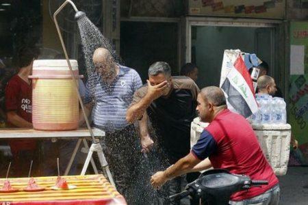 イラクで最高気温52℃を記録、街では人々がシャワー、停電が続きデモも発生