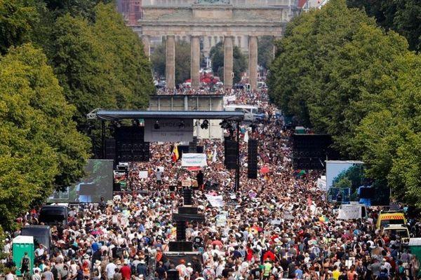 「コロナはデマだ!」ドイツで政府の対策に抗議デモ、1万5000人がマスクをせずに集結