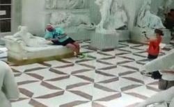 伊の美術館にある200年前の像、観光客が撮影中に足指を破壊してしまう