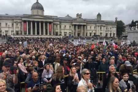 英でも「アンチ・コロナ」の集会、陰謀論「QAnon」を支持する人々も参加