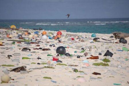 マイクロプラスチックは予想より10倍以上も海に流れていた可能性:英国立海洋学センター