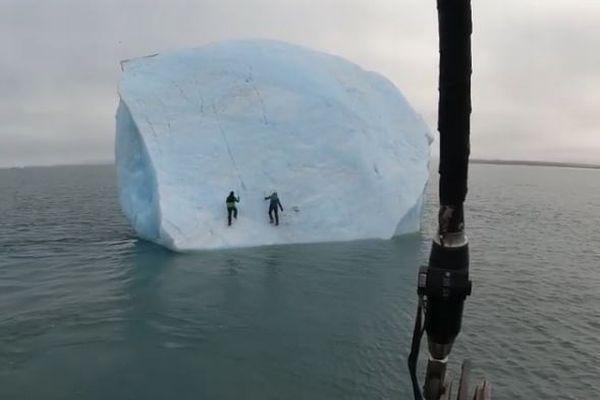 氷山を登っていた冒険家が、海に飲み込まれそうになる動画に思わずヒヤリ