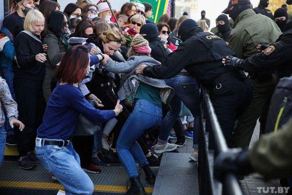 ベラルーシの治安警察、反政府デモの女性参加者、数百人を拘束、ネットで見る現場の状況