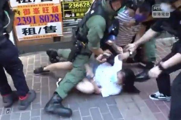 香港警察がデモで289人を逮捕、12歳の少女まで拘束する映像がショッキング