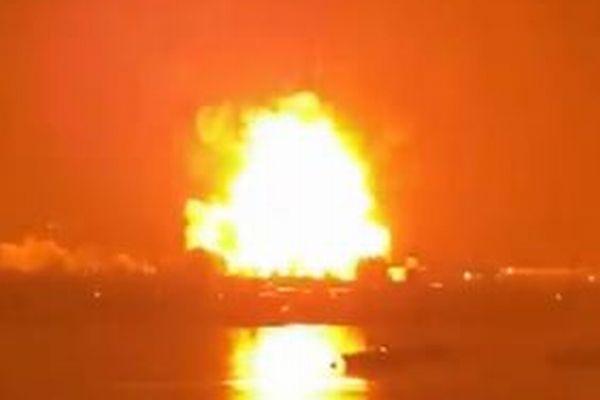 一瞬、空をオレンジ色に染め上げる!英の港で大規模な爆発事故が発生