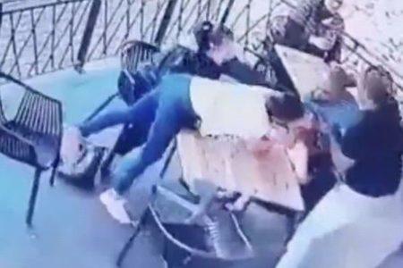 母親の目の前で少女を誘拐しようとする犯人の映像がショッキング【南アフリカ】